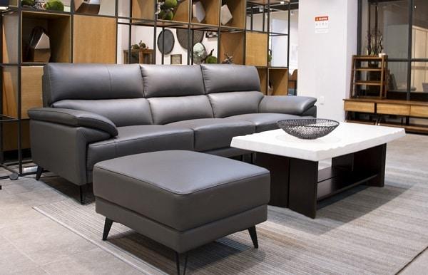Việc kết hợp bộ sofa da màu xám cùng các vật dụng khác như bàn, thảm cùng tông màu hoặc các tông màu nóng sẽ đem lại sự đồng bộ tối đa