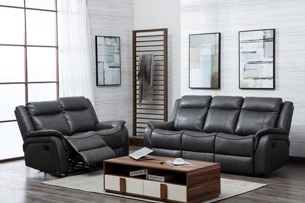 Thiết kế đường may in hằn trên thân ghế tạo điểm nhấn mới lạ cho bộ sofa da màu xám này!