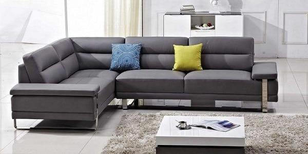 Mẫu sofa da màu xám đậm này nổi bật với chân ghế khung kim loại mới lạ