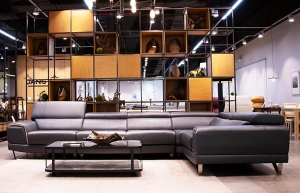 Bộ sofa góc chữ L màu xám lông chuột đủ cho 6 người ngồi sử dụng chất liệu da Ý cao cấp. Phần tựa lưng có hệ thống điều chỉnh góc độ ngả giúp người sử dụng tự do điều chỉnh góc độ phù hợp với mình nhất. Đây là sản phẩm hoàn hảo cho không gian phòng khách rộng rãi theo đuổi phong cách hiện đại