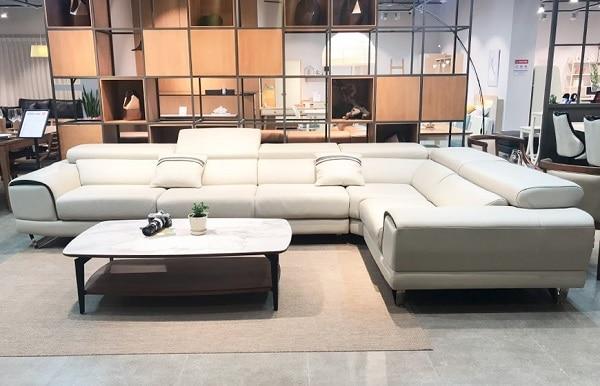 Điểm nổi bật là mẫu sofa góc chữ L màu ghi sáng thiết kế theo phong cách hiện đại, với 6 chỗ ngồi cho không gian phòng rộng.