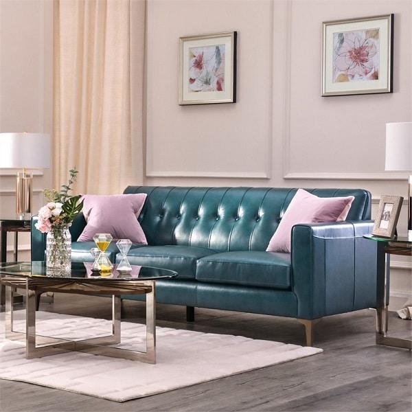 Điểm nổi bật của sofa văng da loại ba chỗ màu xanh cổ vịt đậm là thiết kế phần họa tiết dựa lưng với các đường thẳng song song nhau, thiết kế này phù hợp với những không gian hẹp hoặc vừa, các không gian không có quá nhiều chiều cao. Màu cổ vịt đậm phù hợp với mọi lứa tuổi từ lứa tuổi trẻ đến các lứa tuổi trung niên hay tuổi già.