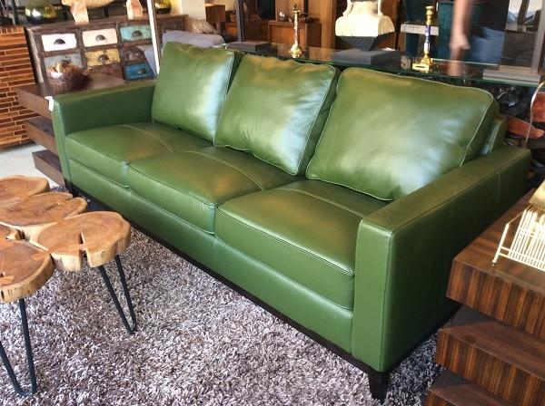 Sofa văng da loại 3 chỗ màu xanh lá mạ với thiết kế trơn không họa tiết hết sức đơn giản nhưng lại làm vừa mắt người nhìn bởi sự nhỏ nhắn, gọn gàng và sự tiết kiệm không gian của nó. Màu xanh lá mạ vừa gần gũi, quen thuộc lại nhã nhặn, lịch sự, phù hợp với những không gian ấm cúng, khép kín.