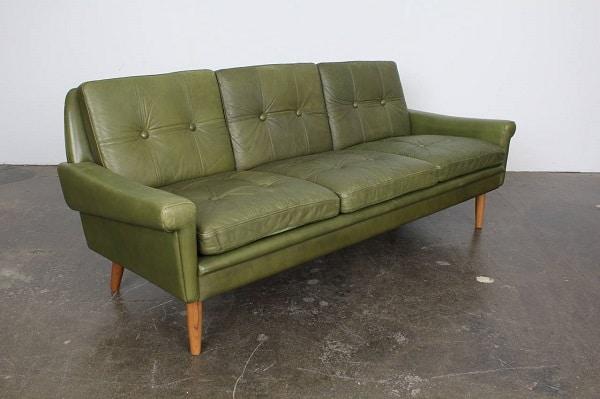Sofa văng da màu xanh classic loại 3 chỗ thoạt nhìn đã mang cho chúng ta cảm giác thật đơn giản nhưng không kém phần lịch sự, hiện đại. Kiểu sofa này phù hợp với những người có cá tính đơn giản, kết hợp với màu sắc xanh lá làm cho không gian hiện đại mà không hề đơn điệu.