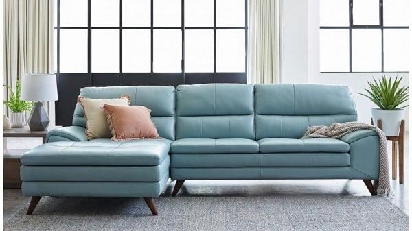 Sofa chữ L loại 3 chỗ với họa tiết trơn tạo cảm giác thật đơn giản mà sang trọng trong không gian của bạn. Màu xanh thật dịu mắt khi kết hợp với ánh sáng vì vậy rất phù hợp với những không gian mở. Bạn hoàn toàn có thể ngồi, nằm thư giãn vì cả 2 chức năng đều có đủ trong sản phẩm này.