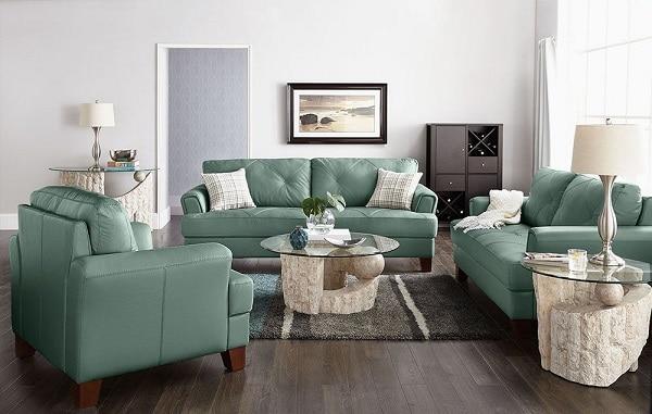 Độ sang của gam màu này đã được kiểm chứng bởi sự hiện diện của bộ sofa văng da loại 2 chỗ kèm ghế đơn màu xanh ngọc gam nhạt. Thiết kế với vẻ bề ngoài hết sức trẻ trung, hiện đại sẽ mang đến cho căn nhà bạn một diện mạo hoàn toàn mới.