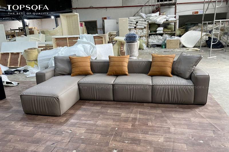 Không chỉ có kích thước lớn, sofa góc TS245 còn có thiết kế sát sàn, vuông vắn, đệm dày êm ái nên sẽ trông bề thế và phù hợp với phòng khách lớn