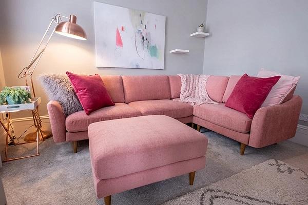 Phần đệm, lưng ghế sofa đều được làm từ bọt xốp, bọc vải polyester nên mềm mại, êm ái vô cùng. Đặc biệt, các phần này đều có thể tháo rời giúp người dùng vệ sinh, chăm sóc sản phẩm dễ dàng nhất