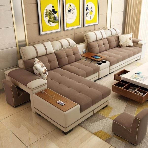 Sự tích hợp giữa sofa với bàn để đồ nhỏ xinh, chỗ sạc điện thoại tiện dụng, gối tựa đầu linh hoạt làm nên tính đa dụng, tiện ích cho mẫu sofa này để phục vụ người dùng