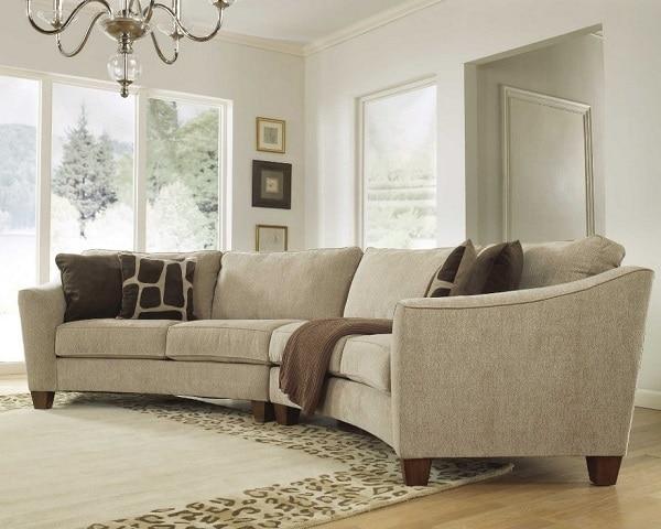 Sofa góc tròn hình chữ C bọc vải màu ghi nhạt mang đến vẻ đẹp thanh lịch, tinh tế và tạo nên sự gắn kết với toàn bộ không gian nội thất phòng khách