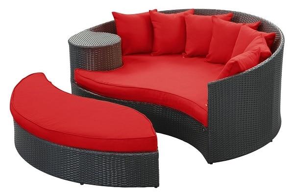 Lấy cảm hứng từ biểu tượng âm dương, bộ sofa góc tròn được chia làm hai nửa, mỗi nửa là một chiếc ghế sofa. Khung bên trong của ghế làm bằng inox, nhôm, sắt kẽm sơn tĩnh điện chống gỉ sét nên có độ bền cao. Phía ngoài làm bằng nhựa thiết kế thanh đan giả mây tre đơn đẹp mắt, sơn đen sang trọng. Phần đệm ghế, gối tựa bọc vải màu đỏ nổi bật, rực rỡ và đầy quyến rũ