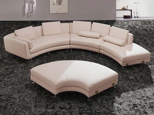 Tạo hình như hình cánh quạt, cong tròn mềm mại, bộ sofa góc tròn màu be trang nhã mang đến vẻ đẹp nhẹ nhàng, thanh lịch, điểm nhấn độc đáo cho phòng khách và giúp những buổi trò chuyện thêm thân mật, thú vị hơn