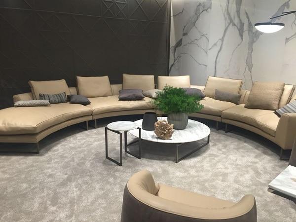 Biến góc nhà của bạn trở nên hoàn hảo hơn với một chiếc sofa góc tròn bằng da màu ghi sáng nền nã. Chiếc sofa này sẽ giúp góc tường của bạn mềm mại và cuốn hút hơn. Phần chân kim loại cao sẽ giúp sofa trông thanh mảnh, duyên dáng