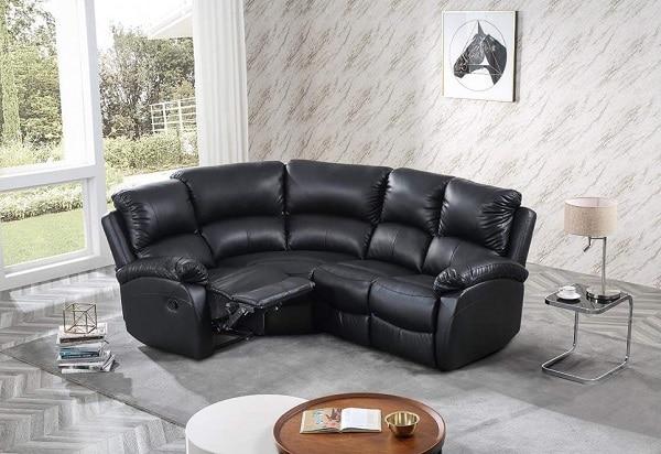 Nổi bật giữa căn phòng màu xám nhạt, sofa góc tròn da đen hiện lên với vẻ đẹp sang trọng, bí ẩn, quyền lực, mềm mại, cuốn hút. Phần chân ghế thiết kế tay nâng linh hoạt, có thể cho vào, mở ra dễ dàng để người dùng duỗi chân khi cần