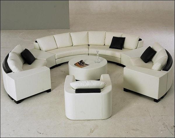 Phối hai màu đen – trắng linh hoạt, ấn tượng cùng thiết kế cong tròn chất liệu da mềm mại, mẫu sofa góc tròn này giúp mang đến vẻ đẹp tối giản, trẻ trung, thu hút cho căn phòng khách