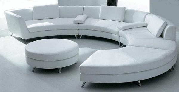Sofa góc tròn bọc da màu trắng tinh khôi, chân inox sáng bóng chắc chắn là món đồ nội thất thú vị giúp không gian sống của bàn bừng sáng, tươi mới, rộng mở và giàu tính nghệ thuật hơn