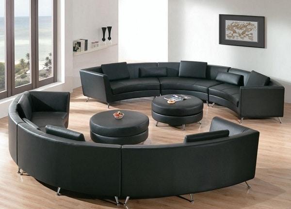 Bộ sofa góc tròn bọc da đen bóng, sang trọng, thể hiện đẳng cấp của gia chủ. Thiết kế cong tròn kết hợp đường chia ô đệm, gối tựa hình chữ nhật cao, thấp xen kẽ giúp sofa giàu tính thẩm mỹ hơn. Chất liệu da mềm mại, khó nhìn thấy vết bẩn và rất dễ làm sạch