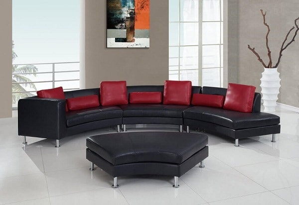 Sofa góc tròn cong cong, bọc da phối màu đen – đỏ đô nổi bật, chân inox không gỉ, cứng cáp sáng bóng mang vẻ đẹp vừa mềm mại vừa mạnh mẽ, quyền lực, tạo nên sức hút khó cưỡng cho mắt người nhìn