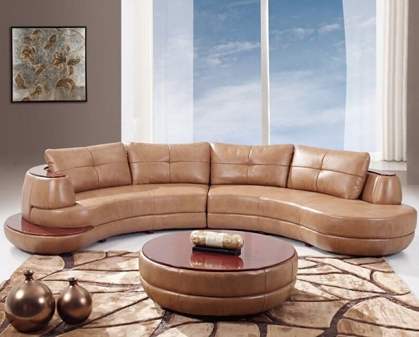 Được bọc lớp da bóng màu nâu đồng, cùng điểm nhấn lớp nhựa màu đỏ rượu vang nổi bật ở thành ghế, mẫu sofa góc tròn trông sang trọng, thời thượng, mang sức quyến rũ đầy mê hoặc. Những đường cong nghệ thuật và chút nhấn nhá trên gối tựa là điểm nhấn đầy tinh tế