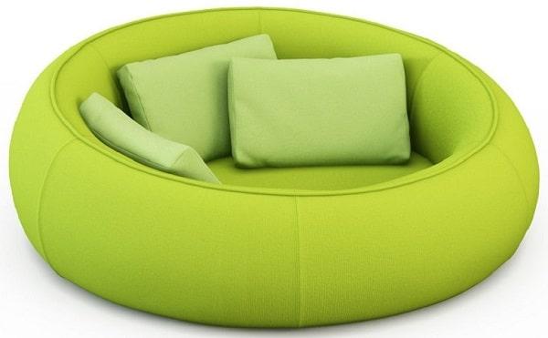 Một chiếc sofa tròn đơn bọc vải màu xanh non tươi mới trông như chiếc phao bơi kết hợp với gối tựa màu xanh lá nhạt chắc chắn sẽ mang đến cho bạn những phút giây nghỉ ngơi, thư giãn thoải mái và tràn ngập sắc màu của thiên nhiên