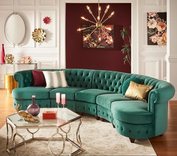 Với hình dáng cong cong, tạo cảm giác chào đón, mẫu sofa góc tròn này là lựa chọn hoàn hảo để ngồi đọc sách, thư giãn hay xem tivi. Bao phủ lên lớp đệm và lớp vải nhung màu xanh cổ điển sang trọng, êm mượt. Thiết kế thắt nút dọc phần lưng và phần đệm phía dưới cùng, tay cuộn thấp góp phần làm nên vẻ đẹp tinh tế, vượt thời gian cho sofa