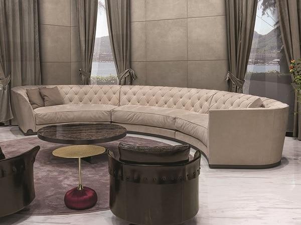 Một chiếc sofa góc tròn màu ghi sáng, thiết kế rút trám ở phần lưng tạo thành điểm nhấn tinh tế mang đến sự rung cảm cho người nhìn và phù hợp với những phòng khách thiết kế theo phong cách hiện đại, chiết trung. Đặc biệt, chất liệu vải da lộn sẽ mang lại vẻ đẹp sang trọng và cảm giác êm ái nhất cho người sử dụng