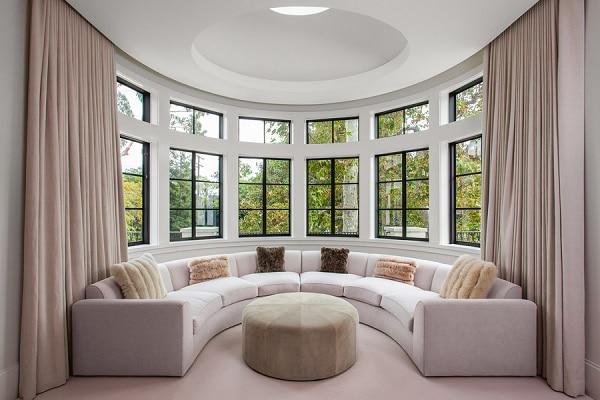 Mẫu sofa góc tròn tone màu be thanh lịch mang đến sự lựa chọn hoàn hảo cho những căn phòng có góc cong. Mẫu sofa kiểu này không chỉ giúp tận dụng diện tích tối ưu mà còn giúp cho căn phòng giàu tính nghệ thuật hơn