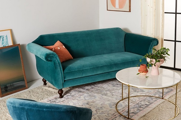 Sofa văng mini với thiết kế cho 2-3 người ngồi có màu sắc chủ đạo là xanh cô ban đậm mang đến sự cá tính, nổi bật cho căn phòng. Chân ghế bằng chất liệu gỗ thiết kế cổ điển càng tôn lên vẻ sang trọng cho mẫu sofa văng mini này.