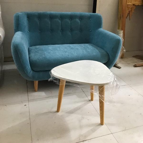 Chiếc ghế sofa đơn 1 chỗ gây ấn tượng nhờ gam màu xanh sáng, nổi bật, sang trọng. Phần lưng tựa được gia công công phu với kỹ thuật rút cúc mang đến vẻ đẹp ấn tượng.