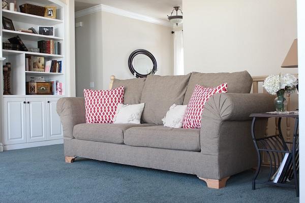 Sofa văng mini sử dụng gam màu ghi xám mang đến sự tươi mới, sống động cho căn phòng. Phần lưng tựa và tay bọc đệm mút dày êm ái, chân ghế cao vừa phải đảm bảo sự an toàn cho người dùng.