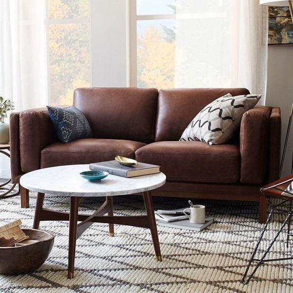 Sofa văng mini da được thiết kế 2 chỗ ngồi với kiểu dáng trơn đơn giản. Phần đệm ngồi cùng lưng tựa của ghế có độ dày vừa phải, mang đến cảm giác êm ái tối đa khi ngồi, đặc biệt sẽ không bị mỏi người ngay cả khi ngồi lâu.