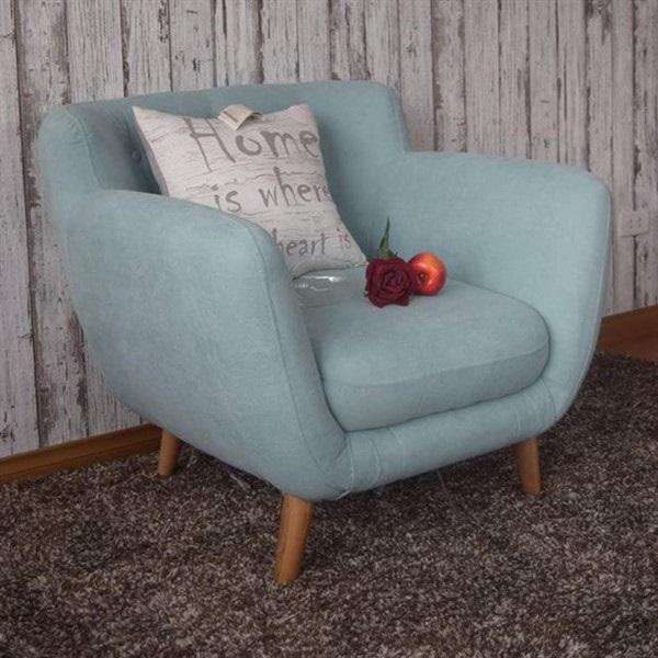 Mẫu sofa văng mini đơn 1 chỗ có thiết kế hiện đại với phần lưng tựa rút cúc tạo điểm nhấn, cùng với đệm ngồi và tay vịn bọc đệm mút dày mang đến sự êm ái khi sử dụng. Màu xanh nhạt mang đến sự tươi mới, năng động cho ngôi nhà