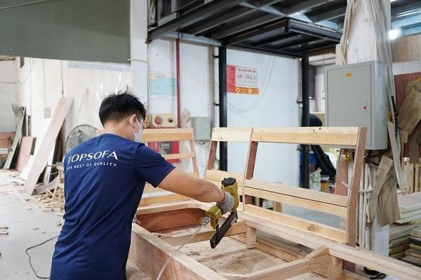 Công đoạn làm khung để chế tạo ra chiếc sofa góc giường đa năng của Topsofa