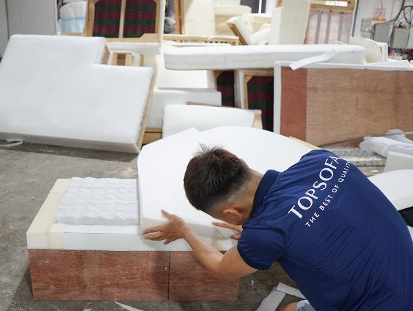 Sofa góc vải bố tại Topsofa được dán mút Inoac Nhật Bản vào khung cẩn thận để tạo độ êm ái của sản phẩm