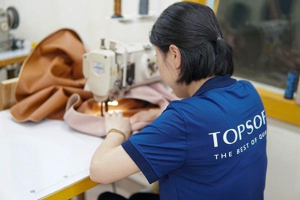 Sofa da cho phòng khách nhỏ tại Topsofa đều được may từ loại da tốt và may đo cẩn thận, tỉ mỉ đến từng đường kim, mũi chỉ
