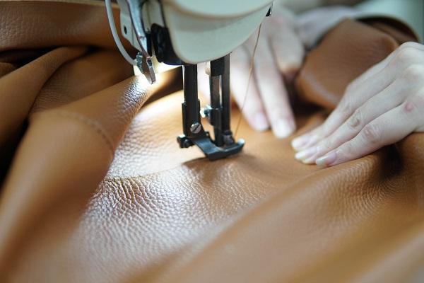 Topsofa sử dụng chất liệu da cao cấp kết hợp đường chỉ may chắc chắn mang lại độ bền cao cho sản phẩm sofa góc 2m