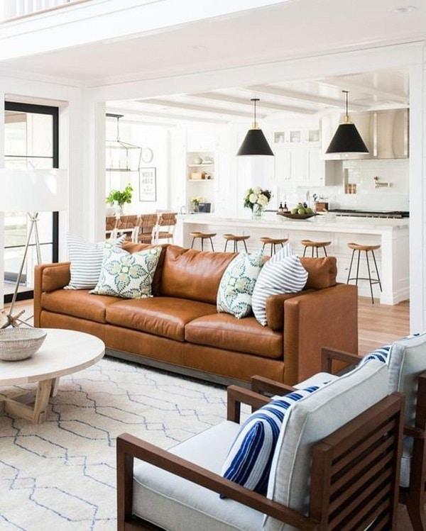 Kết hợp sofa văng da với các nội thất gỗ khác trong gia đình giúp mang lại một không gian hiện đại, sang trọng.