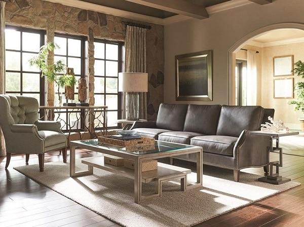 Không gian dường như trở nên hiện đại, bắt mắt hơn với mẫu sofa da cổ điển.