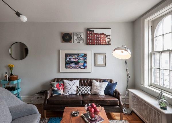 Nếu muốn tăng thêm sức hút, sự ấn tượng, mới mẻ cho mẫu ghế sofa, bạn có thể trang trí thêm các mẫu gối họa tiết kẻ ô, tranh độc đáo như thế này