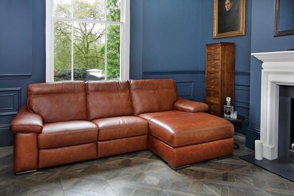 Mẫu sofa góc da này sở hữu chân thấp vững chãi cộng thêm phần lưng ngả nhẹ về phía sau giúp người dùng ngả lưng thoải mái và dễ dàng