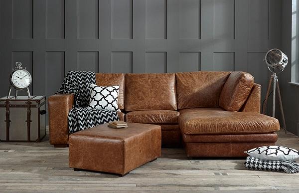 Với lớp da bọc màu nâu vân, mẫu sofa này có khả năng che vết bẩn cực tốt và luôn mang vẻ đẹp tự nhiên đầy ấn tượng. Hơn nữa, thiết kế góc L còn giúp sofa che khuyết điểm nơi góc tường dễ dàng