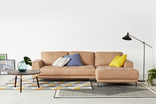 Những đường kẻ ô và điểm nhấn tinh tế ở phần ghế ngồi không chỉ giúp sofa góc da màu nâu nhạt thêm sức hút mà còn tăng độ thoải mái cho người dùng khi ngồi