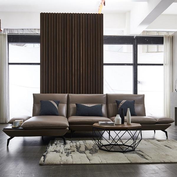 Không chỉ có màu sắc đẹp, mẫu sofa góc này còn ghi điểm với phần lưng võng nhẹ tạo sự thoải mái và phần ghế thừa để đồ bên góc trái tiện dụng