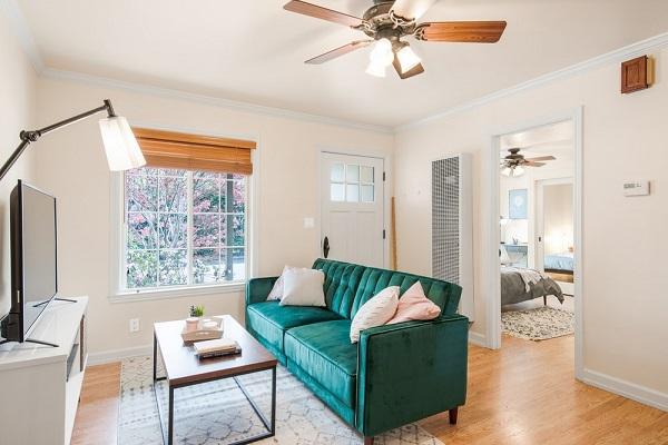 Nhờ bọc da lộn màu xanh cổ vịt bắt mắt cùng thiết kế lưng hơi ngả về sau, chia ô tinh tế mà mẫu sofa này có thể tạo ra chỗ ngồi sang trọng nhất.