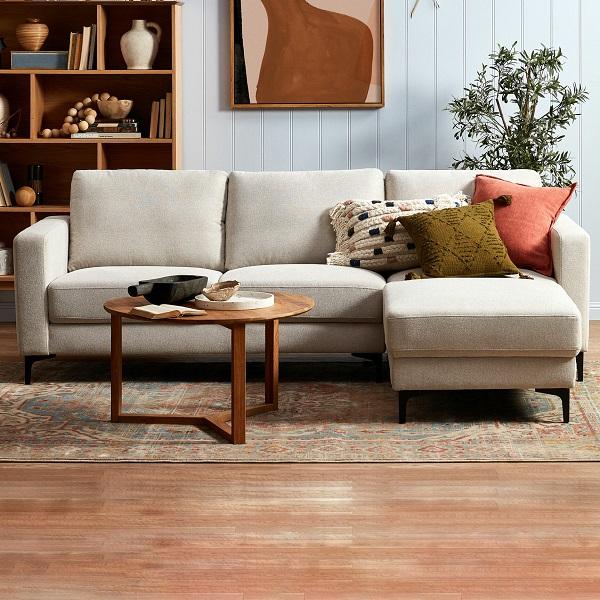 Thiết kế vuông vắn, châm kim loại sơn đen nổi bật làm cho mẫu sofa góc 2m này trông gọn gàng và vững chãi