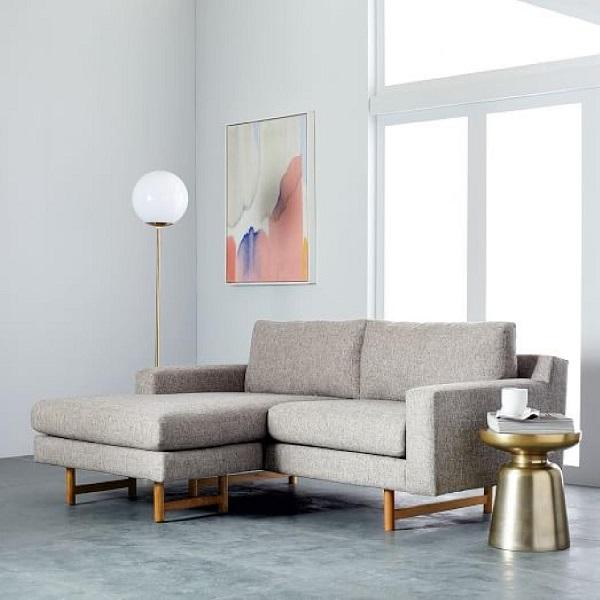 Chân ghế gỗ màu vàng, thanh cảnh, thiết kế giống như chân ghế truyền thống làm cho mẫu sofa này thêm nổi bật, ấn tượng và vững chãi hơn. Phần băng ghế dài bên trái giúp người dùng dễ dàng ngả lưng khi cần.
