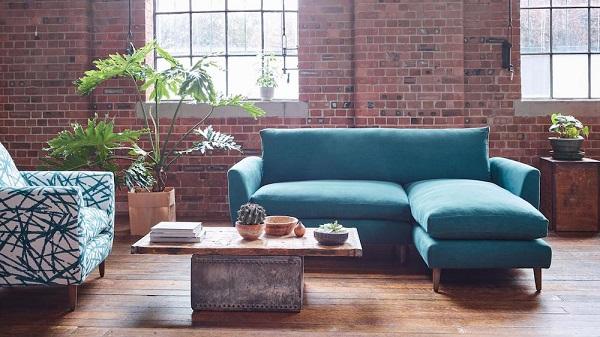 Với gam màu xanh da trời dịu mát, chân gỗ mộc nhỏ xinh, mẫu sofa này giúp mang lại vẻ đẹp tươi mát và bầu không khí dễ chịu cho phòng khách