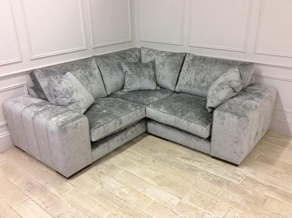 Nhờ sắc xám lông chuột cao sang cùng thiết kế chữ V sát sàn của mẫu sofa này mà phòng khách thêm rộng rãi, tiết kiệm được diện tích, không gian khá nhiều