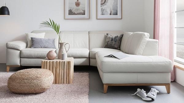 Dù lựa chọn tông màu trắng xám nhưng nhờ chân gỗ kê cao cùng chất liệu da sang trọng mà mẫu ghế sofa này ít bám bẩn hơn và rất dễ lau chùi