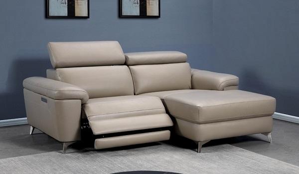 Tay vịn bên trái mẫu sofa góc 2m này có cổng sạc USB, đèn LED giúp người dùng dễ dàng sạc điện thoại khi cần và định vị được ghế trong bóng tối